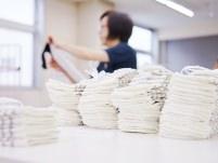 編み上がった靴下は1点1点、手作業で検品されます