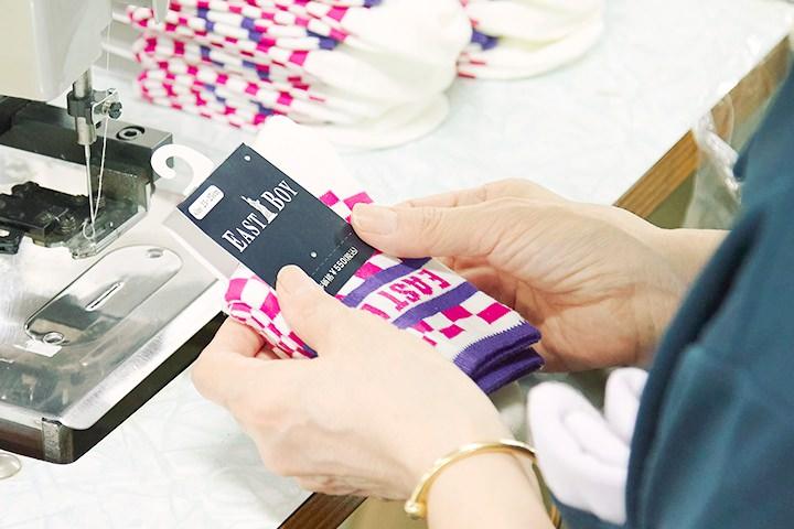 SUKENOでは従来のプラスチックフックをファイバー製の紙フックに替える取り組みをはじめています